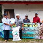 BPBAP Ujung Bate Salurkan 25 Ton Pakan Ikan ke Aceh Timur