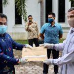 Pemerintah Aceh Serahkan SK Kenaikan Pangkat dan Pensiun untuk ASN Aceh Besar
