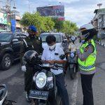 Ditlantas Polda Aceh Bersama Pomdam IM Bagi 1000 Masker