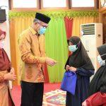 Gubernur Aceh Nova Iriansyah bersama Ibu Dyah Erti Idawati Santuni Anak Yatim Piatu