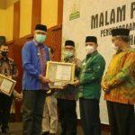 Gubernur Aceh Nova Iriansyah Anugerahkan Siddhakarya 2020 Kepada Pelaku Usaha