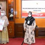 Gubernur Serahkan Tiga Bansos Tunai Serentak
