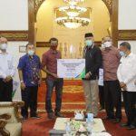 Gubernur Aceh Menyerahkan Santunan Jaminan Kematian kepada Ahli Waris Nelayan yang Meninggal Dunia