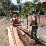 Babinsa Sertu Mukhlis turut Bantu Bangun Rumah Warga Binaan