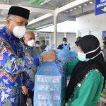 Hari Pertama Idul Adha, Gubernur Serahkan Bingkisan untuk Nakes
