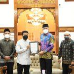 Keluarga Mahasiswa Aceh Mesir Berikan Penghargaan Kepada Gubernur Nova
