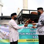 Gubernur Serahkan Hewan Kepada Imam Besar Masjid Raya Baiturrahman