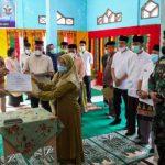 Sekda Aceh Serahkan Penghargaan Kepada Kepala Sekolah di Singkil yang Sukses Vaksin Siswa